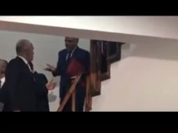 VIDEO/ Rama sherr me Xhafajn ndërsa zbresin shkallët
