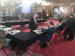 "FOTO/ Eduard Shalsi ""trondit"" mjeshtrin e shahut Garry Kasparov"
