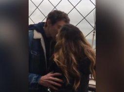 Apeli në Twitter: Putha një të panjohur në kullën Eiffel, por më ngeli fiksim (VIDEO)
