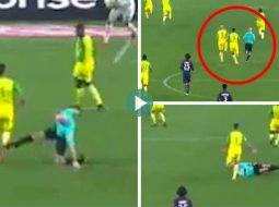 VIDEO/ Lojtari rrëzon arbitrin, por reagimi i tij po bën xhiron e botës