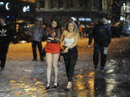 """FOTO/ Vajzat britanike nuk e ndalin jetën e natës pavarësisht """"Bishës nga lindja"""""""