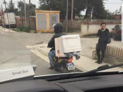 Çmenduria në Tiranë, shihni ku e transporton fëmijën babai që shpërndan pica