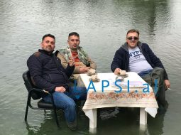 """Përmbytje edhe në Ulqin, por shqiptarët nuk e tradhëtojnë """"kafen e mëngjesit"""""""