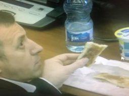 """""""Byrek dhe dhallë"""": Njihuni me deputetët e """"varfër"""" të Kosovës (FOTO)"""