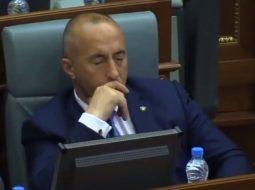 VIDEO/ Haradinajn e zë sërish gjumi në Kuvend…