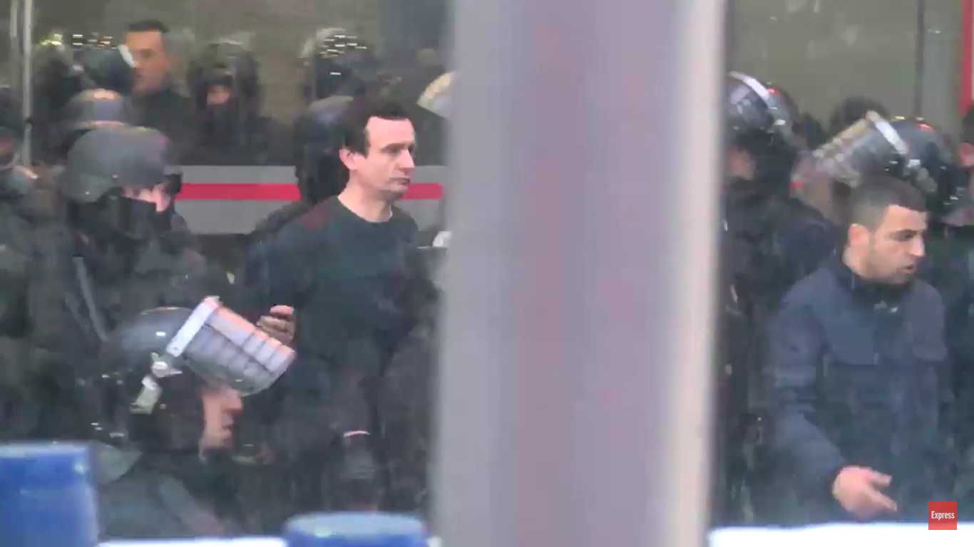 Tension në Prishtinë, arrestohet Albin Kurti (FOTO/VIDEO) – Lapsi al