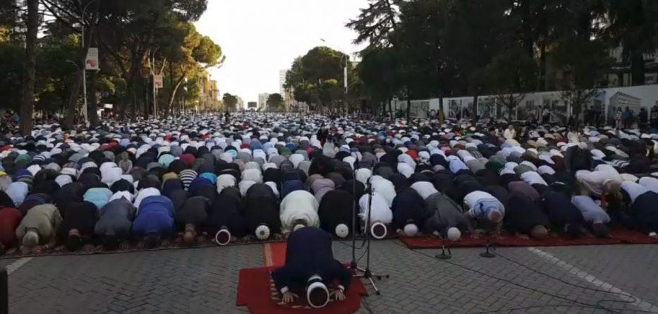 Besimtarët myslimanë rikthejnë faljen në bulevard, pse u shmang ...