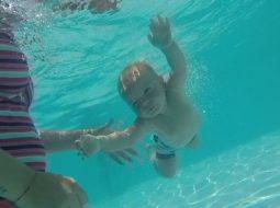 VIDEO/ Super-bebeja e Dhërmiut: 8-muajsh, zhytet dhe noton si profesionist!