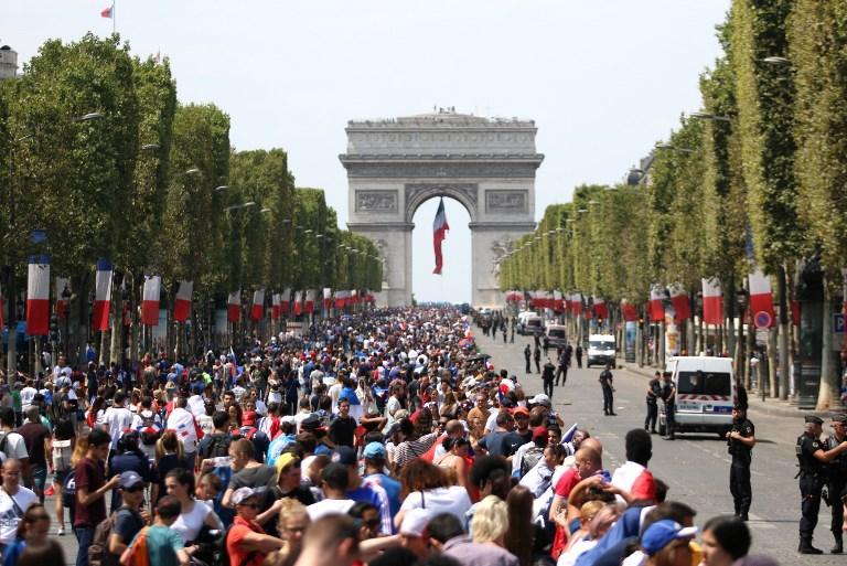 FOTO/ Vonohet fluturimi i Francës, shtyhet festa e kampionëve