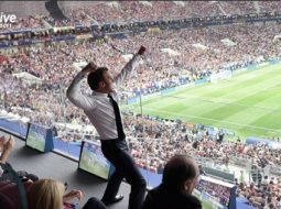 Francezët gallatë të paparë me foton e presidentin Macron pas golit. Mos i humbni memet pikante