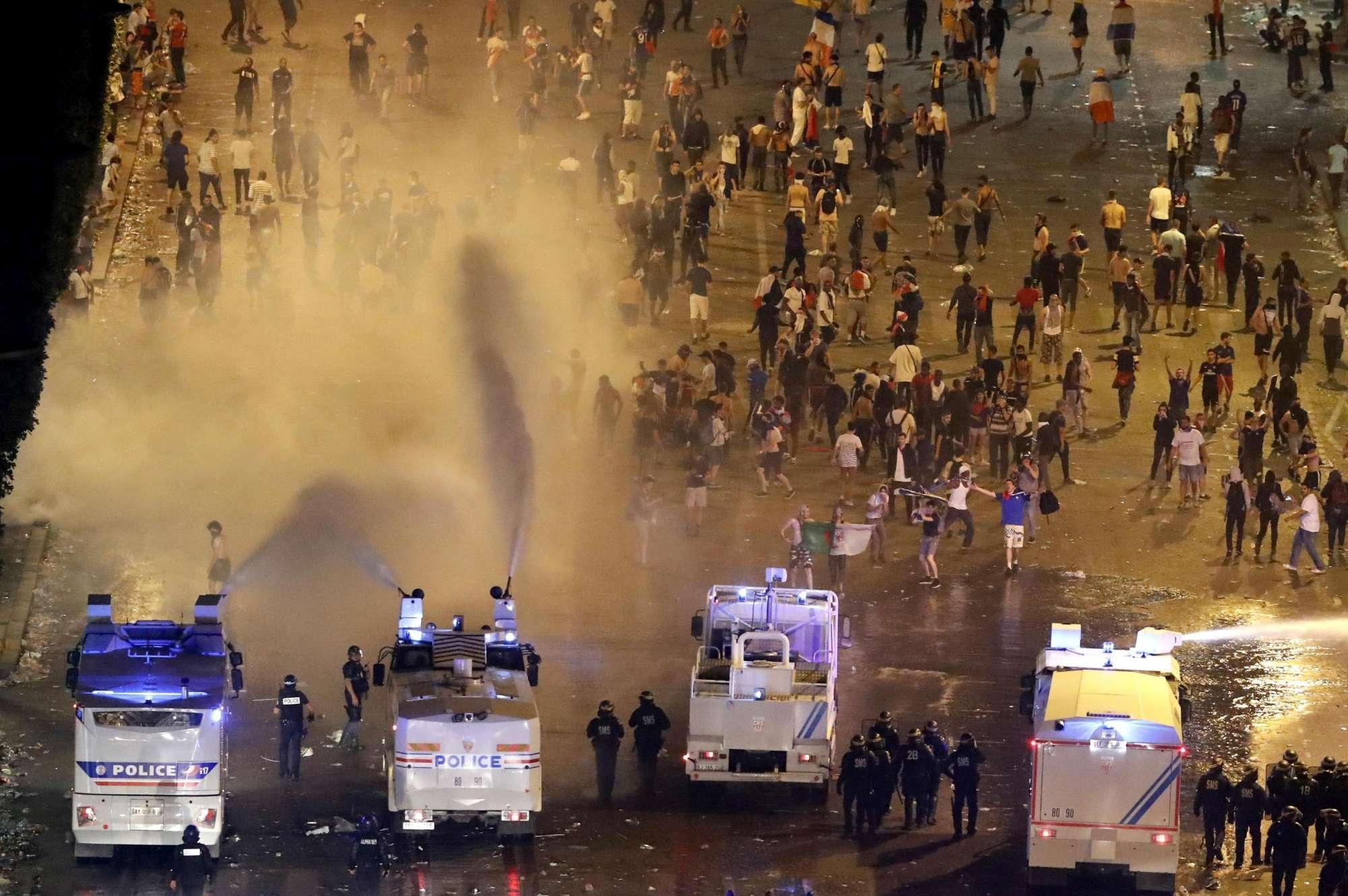 FOTO/ Prishet festa franceze: incidente dhe një i vdekur në Paris