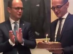 Bushati i këndon ministrit gjerman: Happy birthday to youuu!