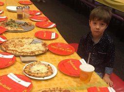 FOTO/ Asnjë shok nuk i shkon në ditëlindje, fytyra e këtij djali prek internetin
