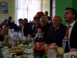 Godet sërish Tërmet Peçi, këndon labçe për 29 Nëntor (VIDEO)
