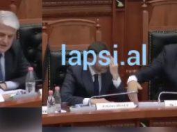 VIDEO/ Rama i bën shenja të çuditshme Majkos në parlament