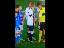 VIDEO thyen rrjetin/ Mertens i fut gishtin nga pas kundërshtarit