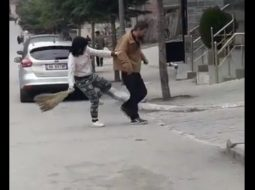 VIDEO/ Gruaja rreh burrin me fshesë në mes të Pogradecit
