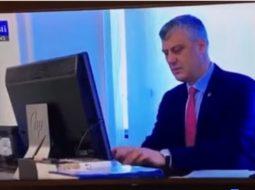 VIDEO/ Televizioni rus zbulon password-in e kompjuterit të Thaçit dhe tallet me të
