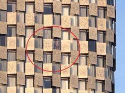 VIDEO+18/ Nudo në dritaren e hotelit për të parë protestën e opozitës në Tiranë