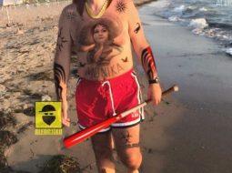 Me tatuazhe dhe shkop bejsbolli/ Meta shpërndan foton e pazakontë