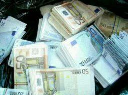 Punëtori gjen një çantë me 75 mijë euro, ia kthen të gjitha pronarit