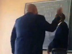 VIDEO/ Nxënësit në radhë për tu rrahur nga vetë drejtori i shkollës