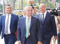 """""""Nuk të kapim dot""""/ Batutat e Metës me operatorët gjatë rrugës drejt Kuvendit (VIDEO)"""