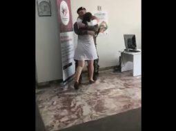 Video prekëse/ Ushtari shqiptar kthehet nga Afganistani dhe surprizon nënën
