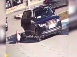 VIDEO/ Shikoni si rrëzohet truproja e Vangjush Dakos sapo del nga makina
