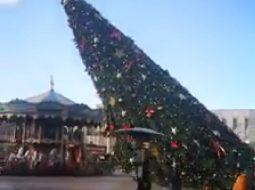 Video/Si u rrëzua bredhi i madh i krishtlindjeve në sheshin Skënderbej