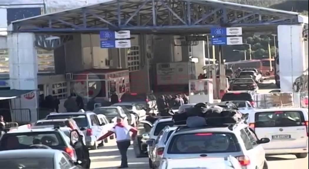 Kaos në Kakavijë/ Dy të moshuar i marrin me ambulanca, qytetarët ...