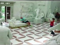 VIDEO/ Turisti theu skulpturën e vitit 1805 për të bërë një foto në muze
