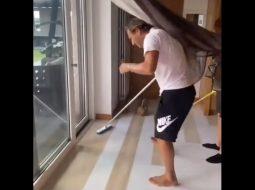 VIDEO/ I hyn miu në shtëpi, Francesko Totti merr fshesën