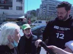 VIDEO/ E moshuara vë në siklet kandidatin e PS në mes të rrugës