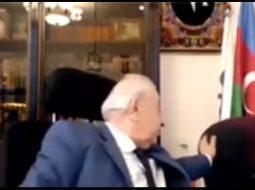 VIDEO/ Politikani harron që ka kamerën ndezur dhe prek të pasmet e sekretares