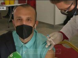 Met Veliu si mish për top (Foto e vaksinimit live)