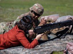 FOTO/ Yuri Kim qëllon me mitraloz pranë Malit me Gropa