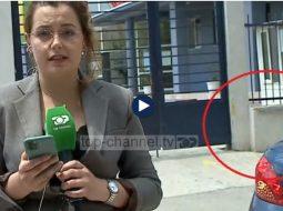 VIDEO/ Gazetarja e TCH raportonte LIVE, shoferja i kërkon të shtyhet për të parkuar