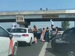 Ndodh në Laç/ Dasmorët bllokojnë autostradën dhe ia marrin valles (VIDEO)