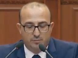 """""""Peshku ia ka futur vrapit nga socialistët"""", deputeti i Lushnjes zgjon Parlamentin me të qeshurat"""